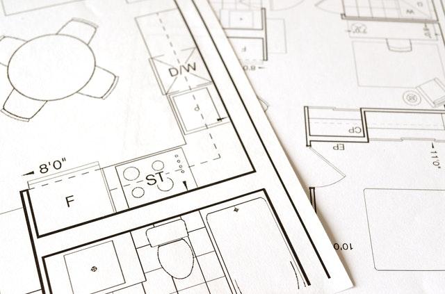 Een woning is vaak de eerste stap op weg naar financiële zekerheid, of je nu jarenlang in het huis verblijft en het renoveert om aan je eigen behoeften te voldoen, of als je in de toekomst je eigen vermogen gaat opbouwen naar een groter huis. In beide gevallen is de plattegrond van het huis een sleutelfactor voor je comfort terwijl je er woont. Basisbehoeften zijn belangrijk Het ontwikkelen van een ideale plattegrond voor een woning is geen ingewikkeld proces, maar het vereist wel het identificeren van enkele basisbehoeften waarvan je niet zonder kan. De ideale plattegrond voor jouw gezin kan anders zijn dan de startplattegrond van iemand anders. Hier volgen enkele manieren om te beoordelen wat geschikt is voor jouw specifieke woning. Wat heb je nodig? Zorg ervoor dat het huis de basis heeft die je wenst. Voor de ideale plattegrond moet je bepalen wat je huis nodig heeft, van het aantal slaapkamers tot een geschikt aantal badkamers. Van zodra je weet welke basis je huis nodig heeft, kan je starten met de andere criteria. Het juiste aantal slaapkamers Het kiezen van het aantal slaapkamers is niet alleen een kwestie van het tellen van de mensen in je gezin. Als je gezin bijvoorbeeld enkel uit jou en je man bestaat, heb je geen twee slaapkamers nodig in je woning. Aan de andere kant, als je een zoon en dochter hebt, hebben ze elk een kamer nodig, wat het totaal op minimaal drie slaapkamers brengt. Soms kunnen kinderen van hetzelfde geslacht een slaapkamer delen. Het juiste aantal badkamers Hetzelfde geldt voor het aantal badkamers die geschikt zijn voor je huis. Je moet zorgen dat een badkamer gedeeld kan worden met voldoende mensen. Indien je budget dit toelaat, kan je ook een extra badkamer aan een slaapkamer laten bouwen. Zorg er ook voor dat de badkamer zich steeds in een gemakkelijk toegankelijk deel van je huis bevindt voor de mensen die er gebruik van maken.